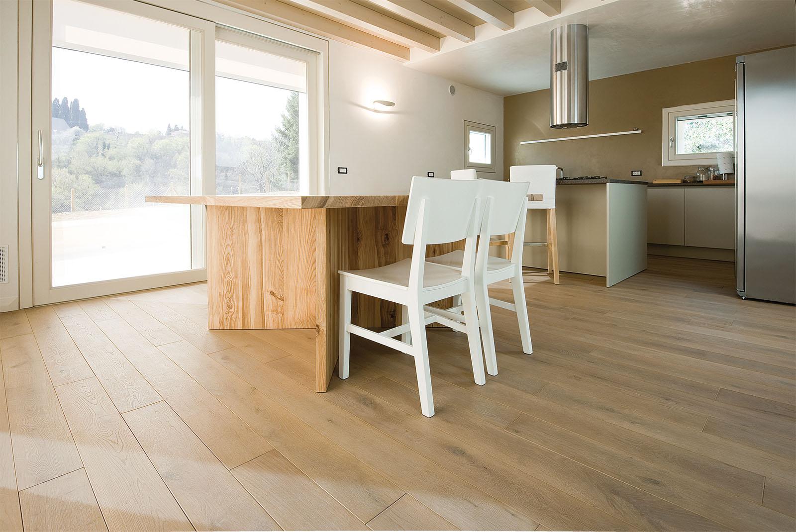 Soggiorno moderno con parquet salone moderno proposte for Pavimenti per salone