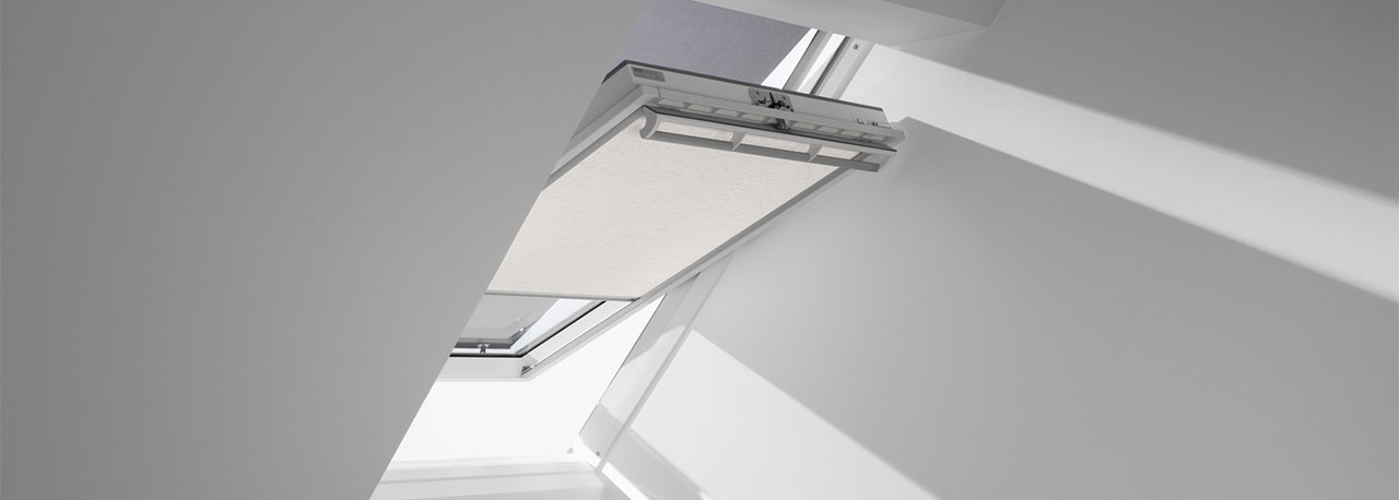 Tende velux filtranti a rullo manuali con ganci rop for Oscuranti per finestre velux